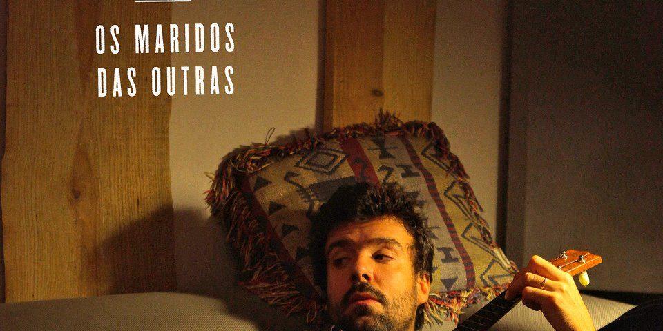 Artistas, Cantores, 2012, Os Maridos das Outras é o título do primeiro single do álbum de estreia de Miguel Araújo, Miguel Araújo, Azeitonas, Músicos, Compositores, Musicas, Portuguesas